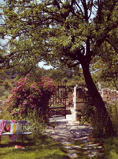 Maison et jardin magazine jardin avec une mini maison au toit de chaume mon jardin et ma - Bassin japonais carpe koi asnieres sur seine ...